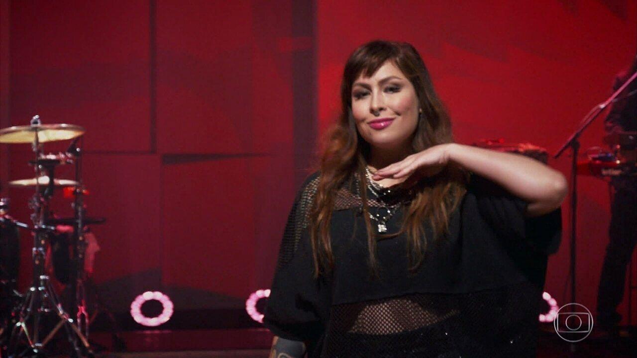 Pitty canta 'Me Adora' no palco do 'Conversa com Bial'