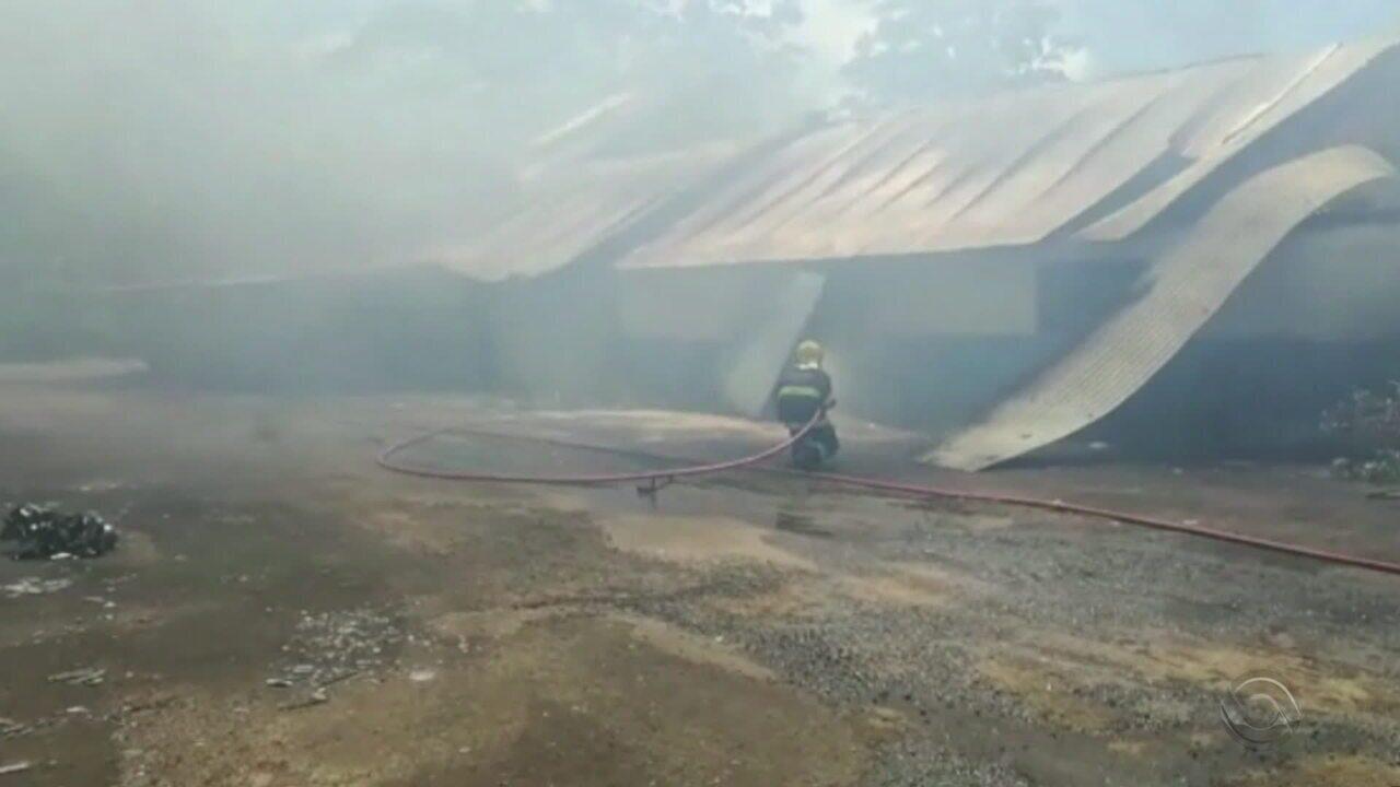 Incêndio atinge construtora às margens da ERS-122, em Portão