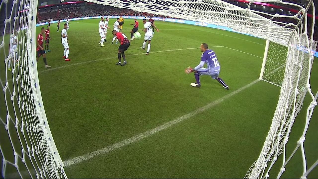 Com o auxílio do VAR, árbitro anula gol do Athletico contra o Botafogo