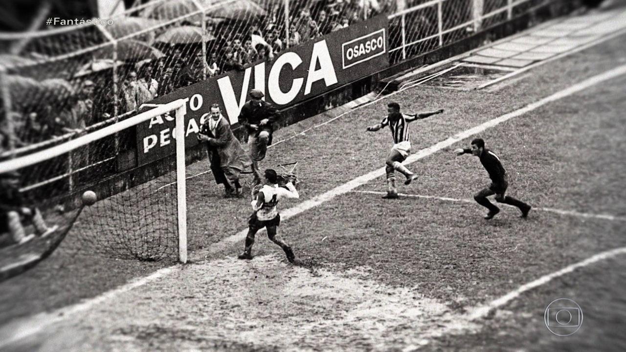 Fantástico revela fotos inéditas dos 8 gols que o Rei Pelé fez em um único jogo