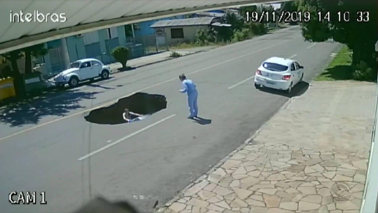 Asfalto cede e carro cai em buraco no Centro de Flores da Cunha