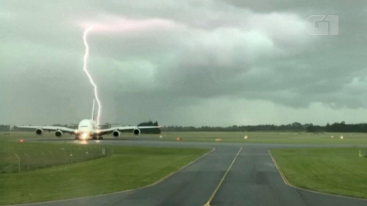 Raio cai perto de avião em aeroporto na Nova Zelândia