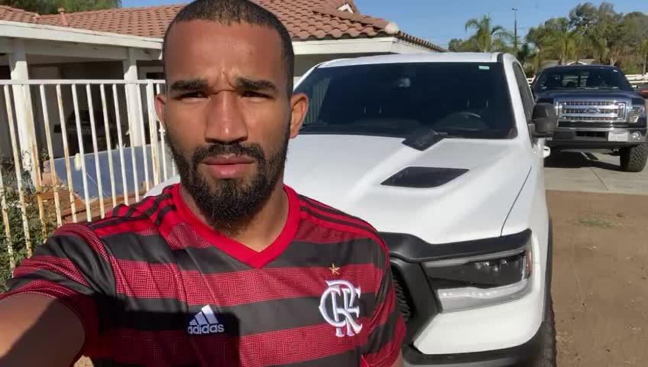 Da Califórnia, Esquiva Falcão veste a camisa do Flamengo e torce pelo título