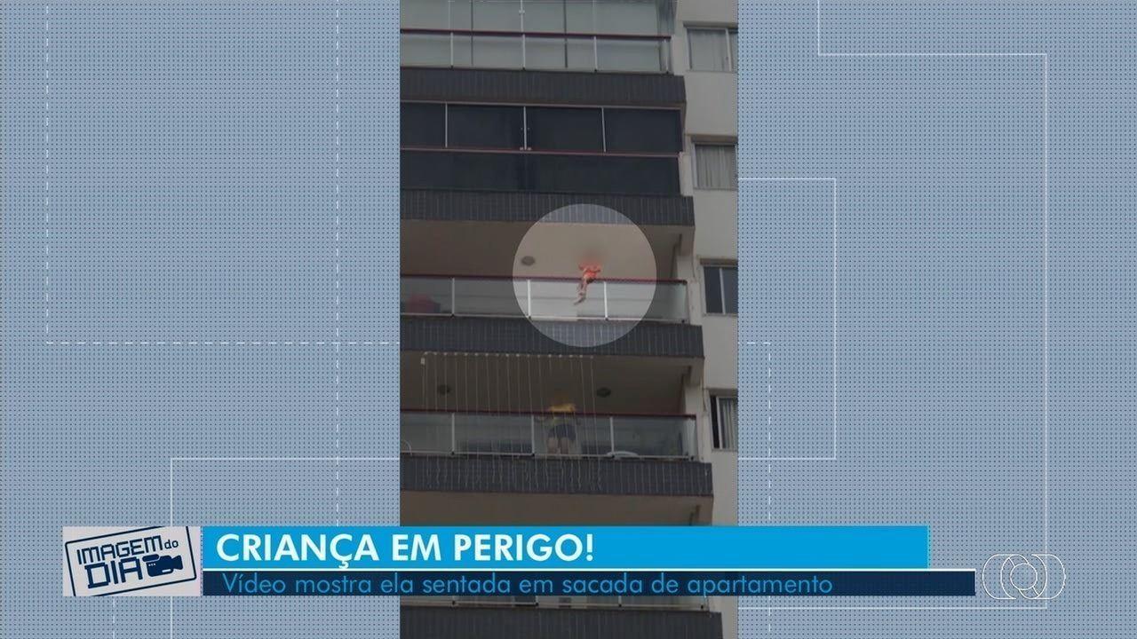 Vídeo mostra criança sentada em sacada de apartamento de Goiânia