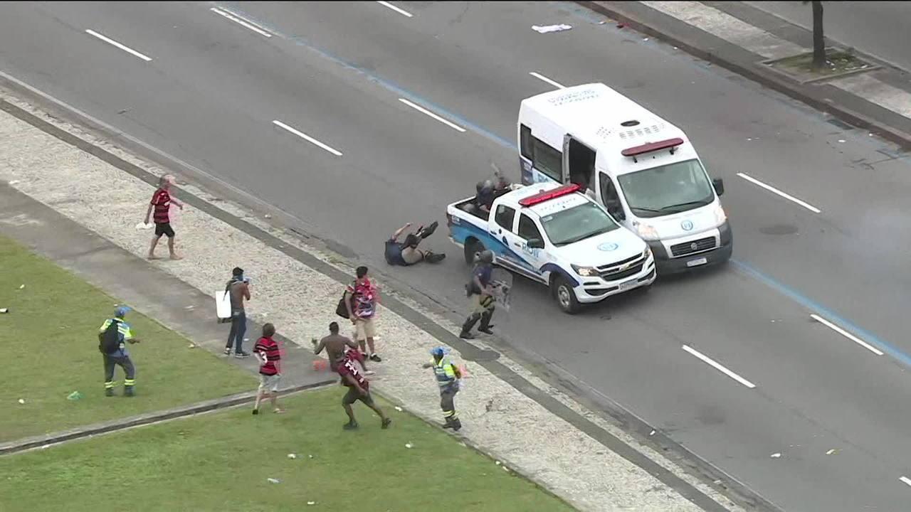 Carro da prefeitura do Rio atropela policial durante confusão no fim do desfile do Fla
