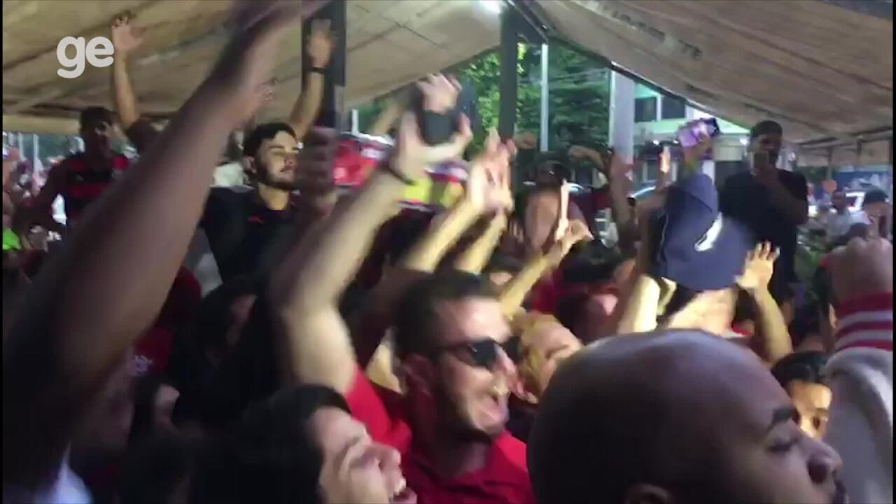 Torcida do Flamengo comemorando o título na Tijuca