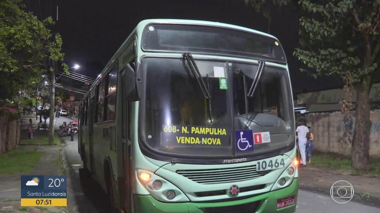 Menino cai do colo da mãe quando desembarcavam de ônibus e morre atropelado em BH