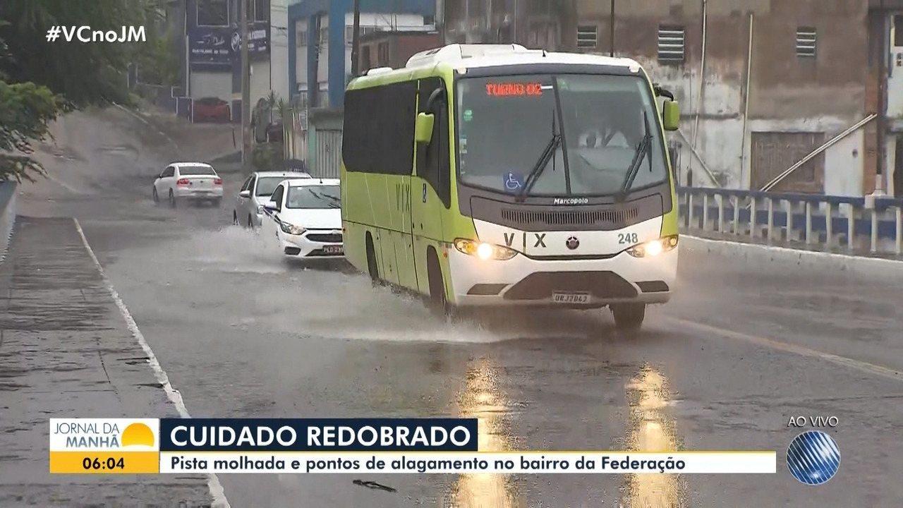 Chuva forte causa alagamento em viaduto no bairro da Federação