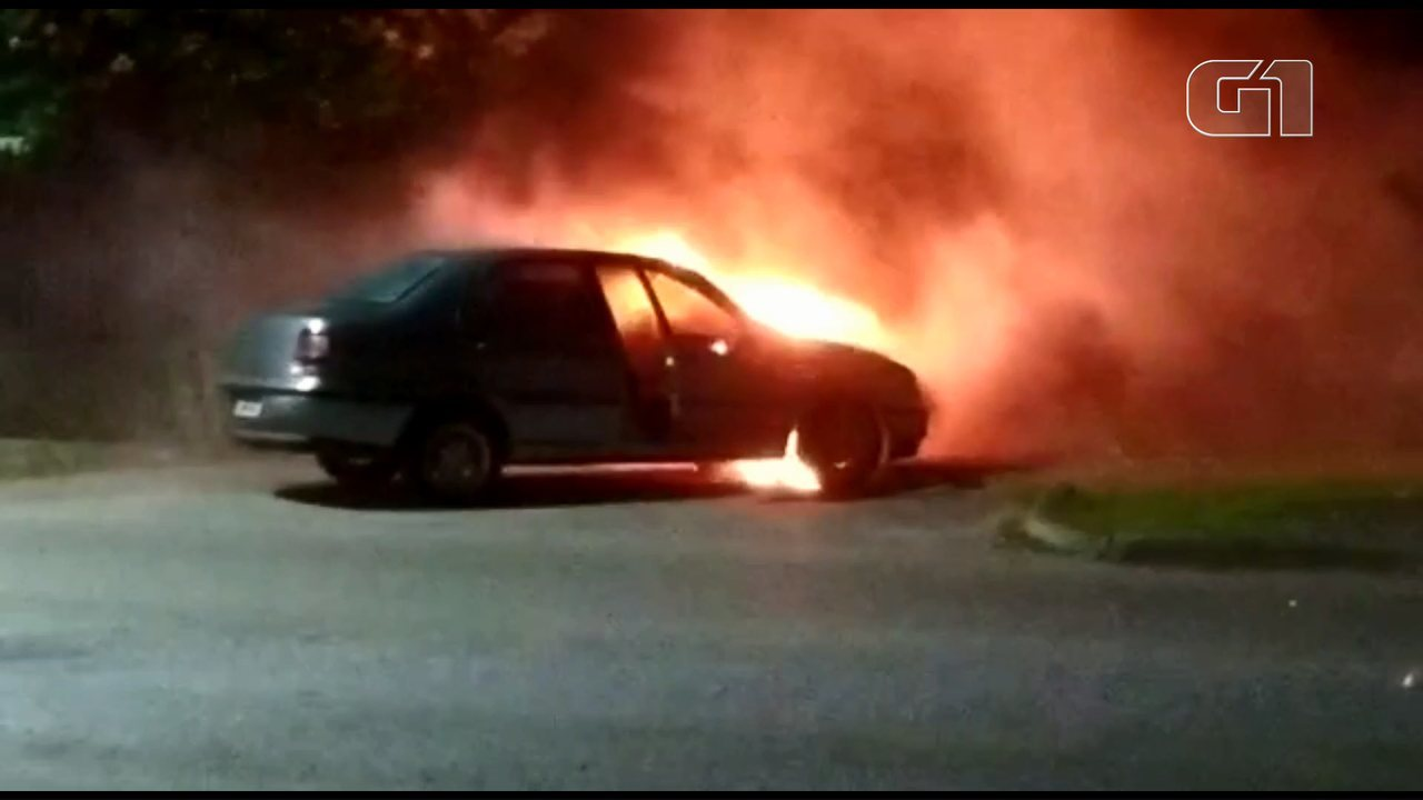 Carro pega fogo, em Antonina