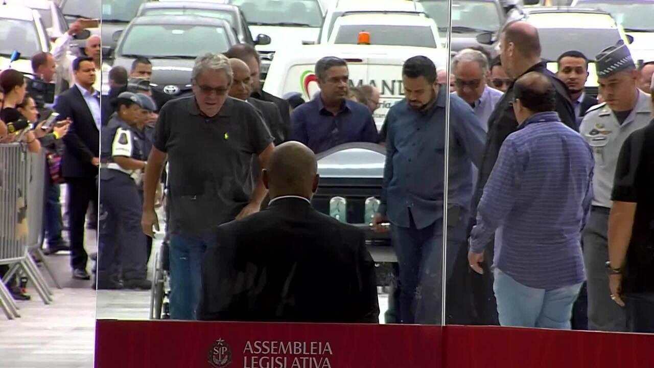 Corpo de Gugu Liberato chega à Assembleia Legislativa de SP, onde será velado