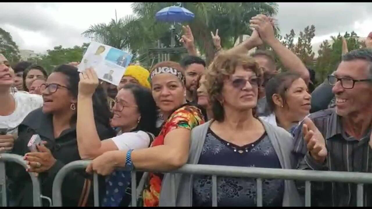 Público canta Pintinho Amarelinho no velório de Gugu Liberato