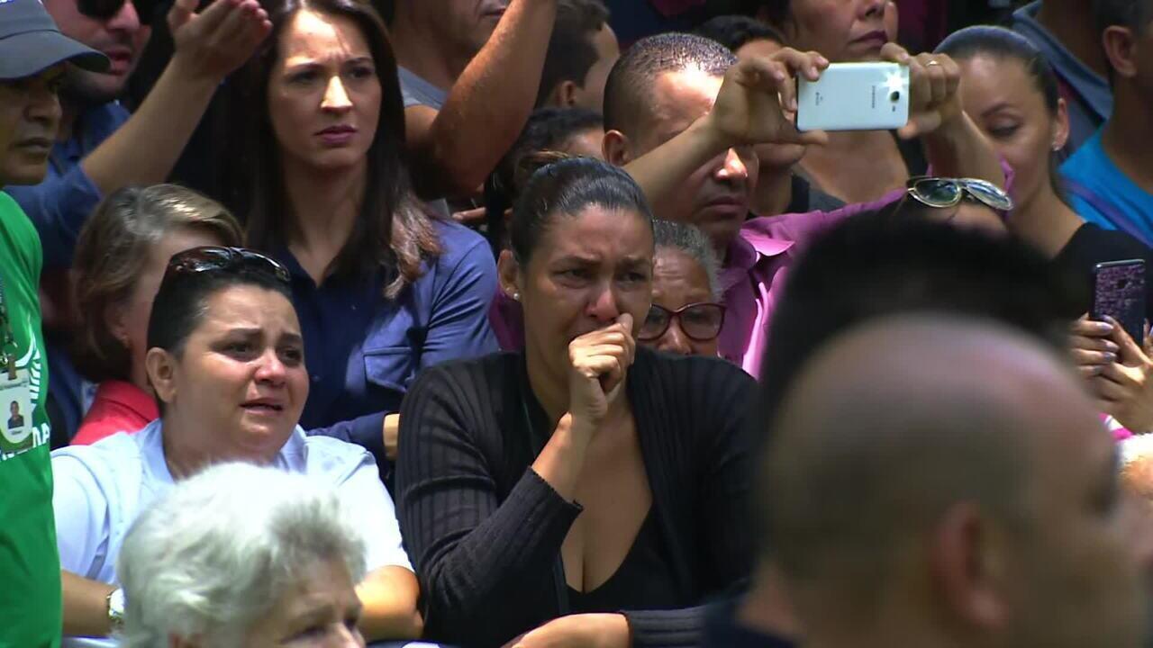 Corpo de Gugu Liberato é enterrado em São Paulo sob aplausos