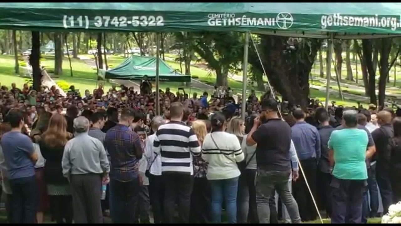 Corpo de Gugu Liberato é enterrado sob muita emoção em SP