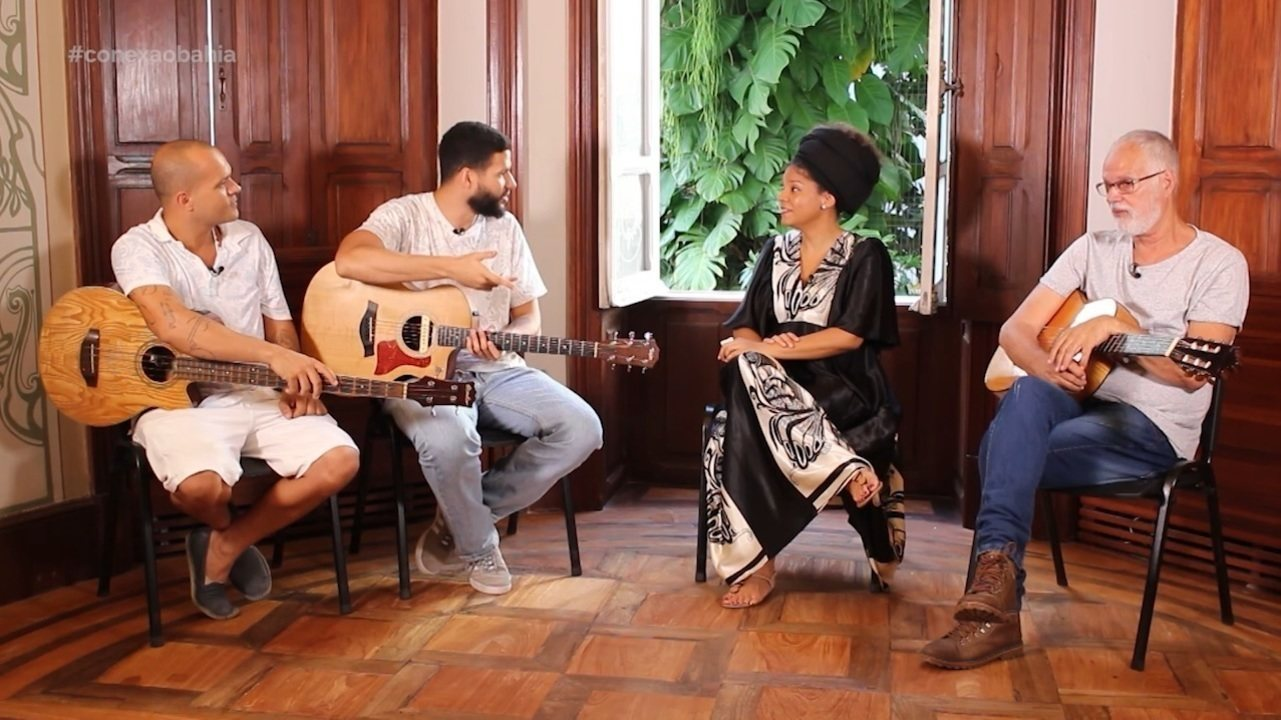 Cantora Juliana Ribeiro vira repórter por um dia em homenagem ao Dia Nacional do Samba