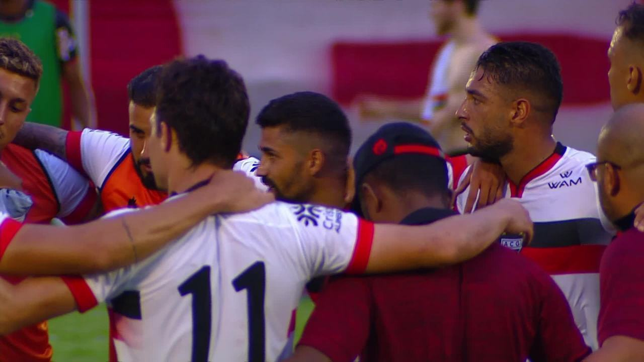 Jogadores do Atlético-GO aguardam fim do jogo do rival e comemoram confirmação na Série A