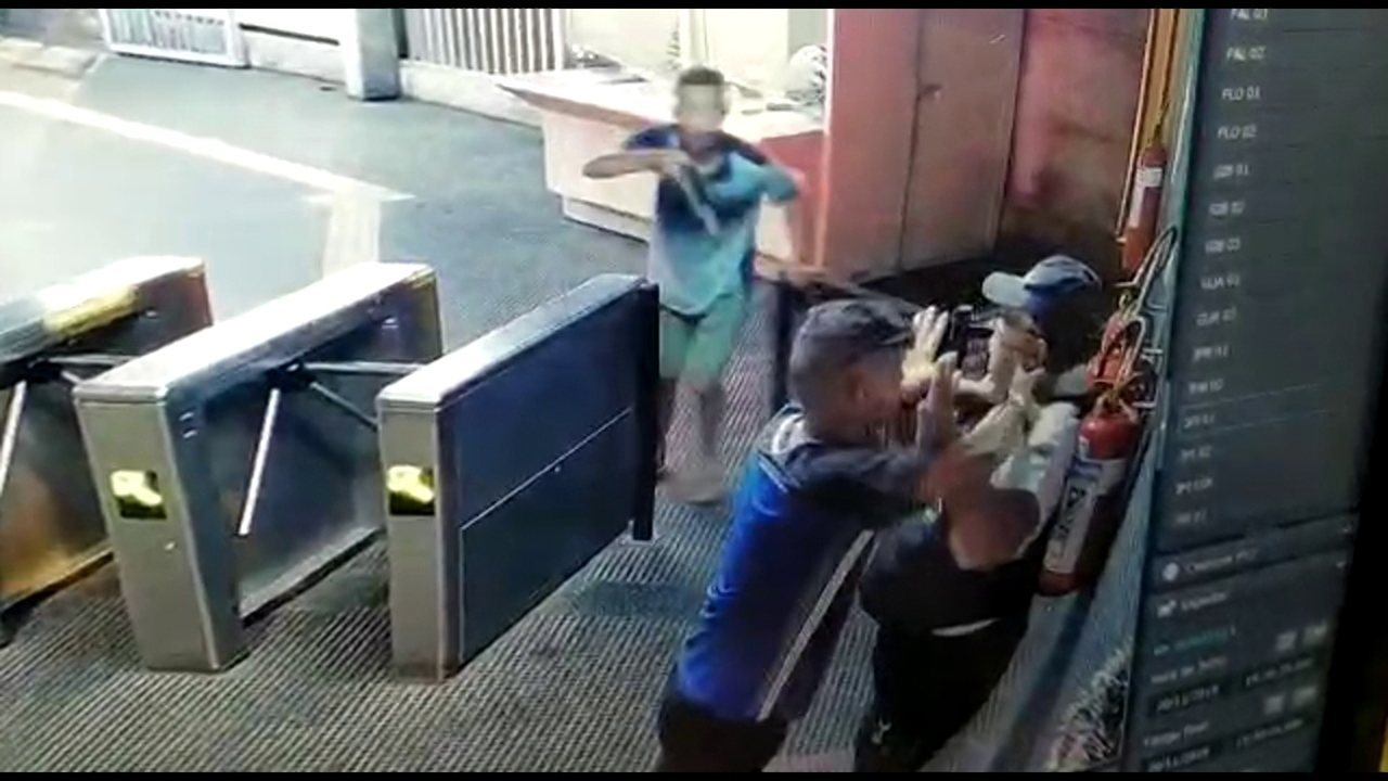 Bandidos rendem vigilante dentro de estação do Metrô do Recife e roubam arma