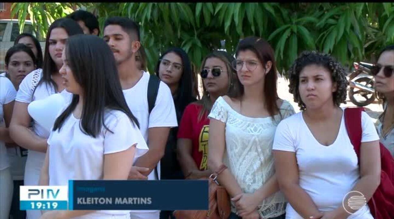 Colegas de estudante morto após ser baleado dentro de carro fazem manifestação em Teresina