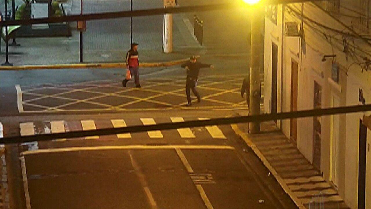Câmera flagra dois suspeitos de pichação em Mogi e eles são detidos