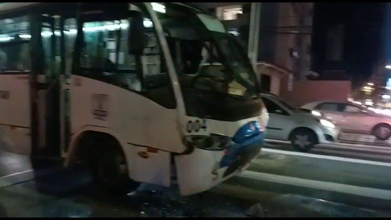 Acidente envolvendo dois micro-ônibus, caminhonete e moto deixa feridos em Boa Viagem