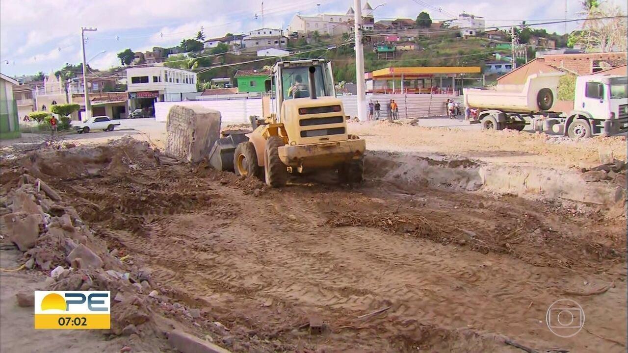 Mesmo após embargo, máquinas trabalham onde imóvel histórico foi demolido em Bom Jardim