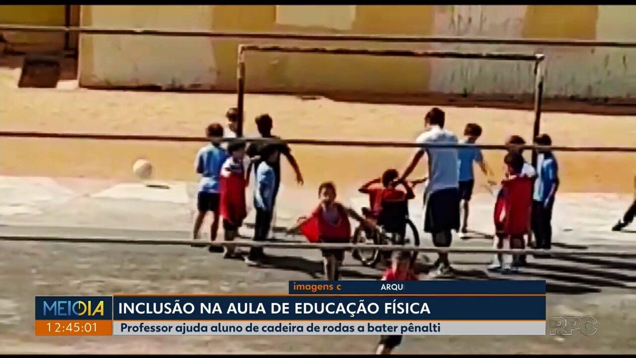 Professor ajuda aluno em cadeira de rodas a bater pênalti