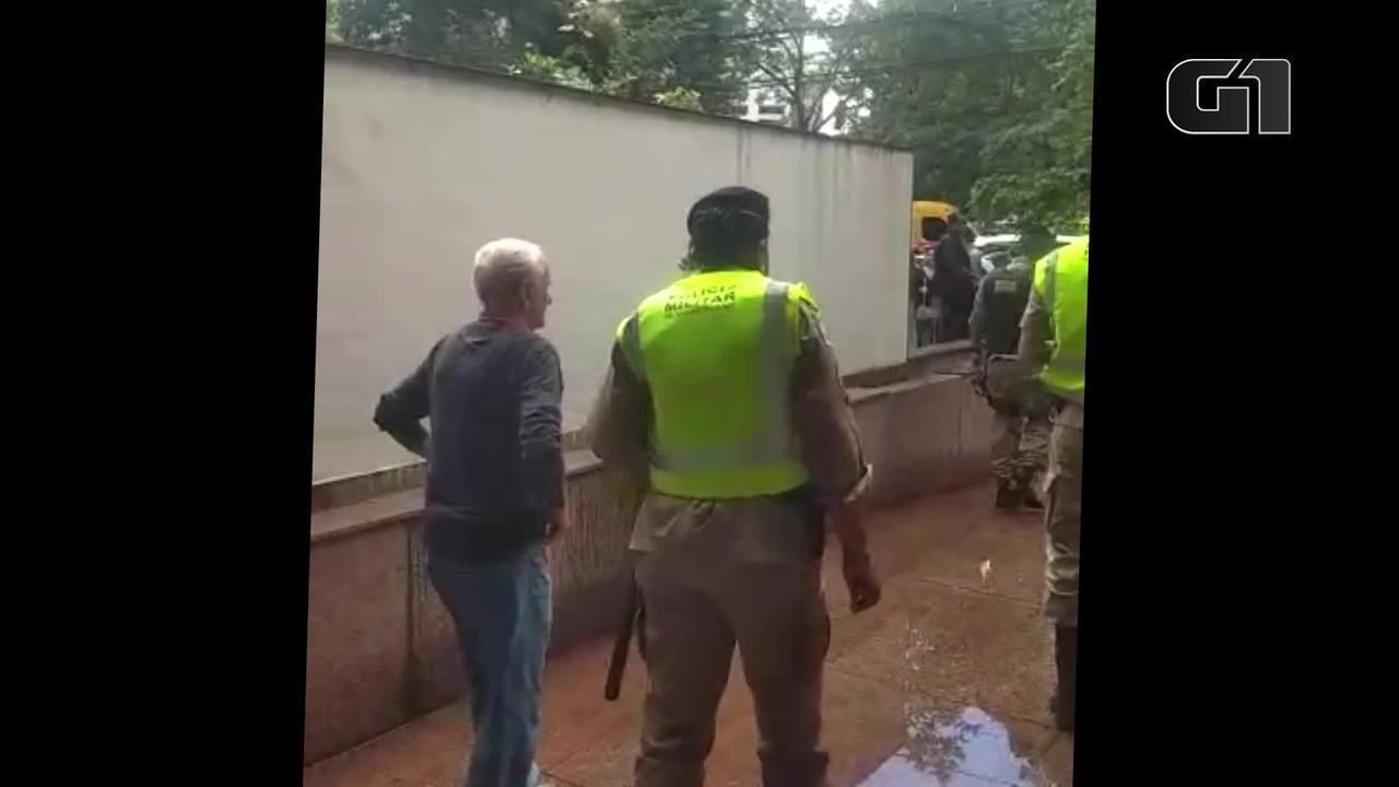 Mulher suspeita de injúria racial é levada para a delegacia em BH