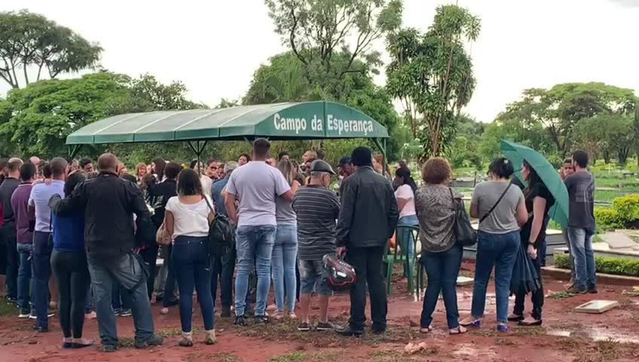Família canta em enterro de Bernardo