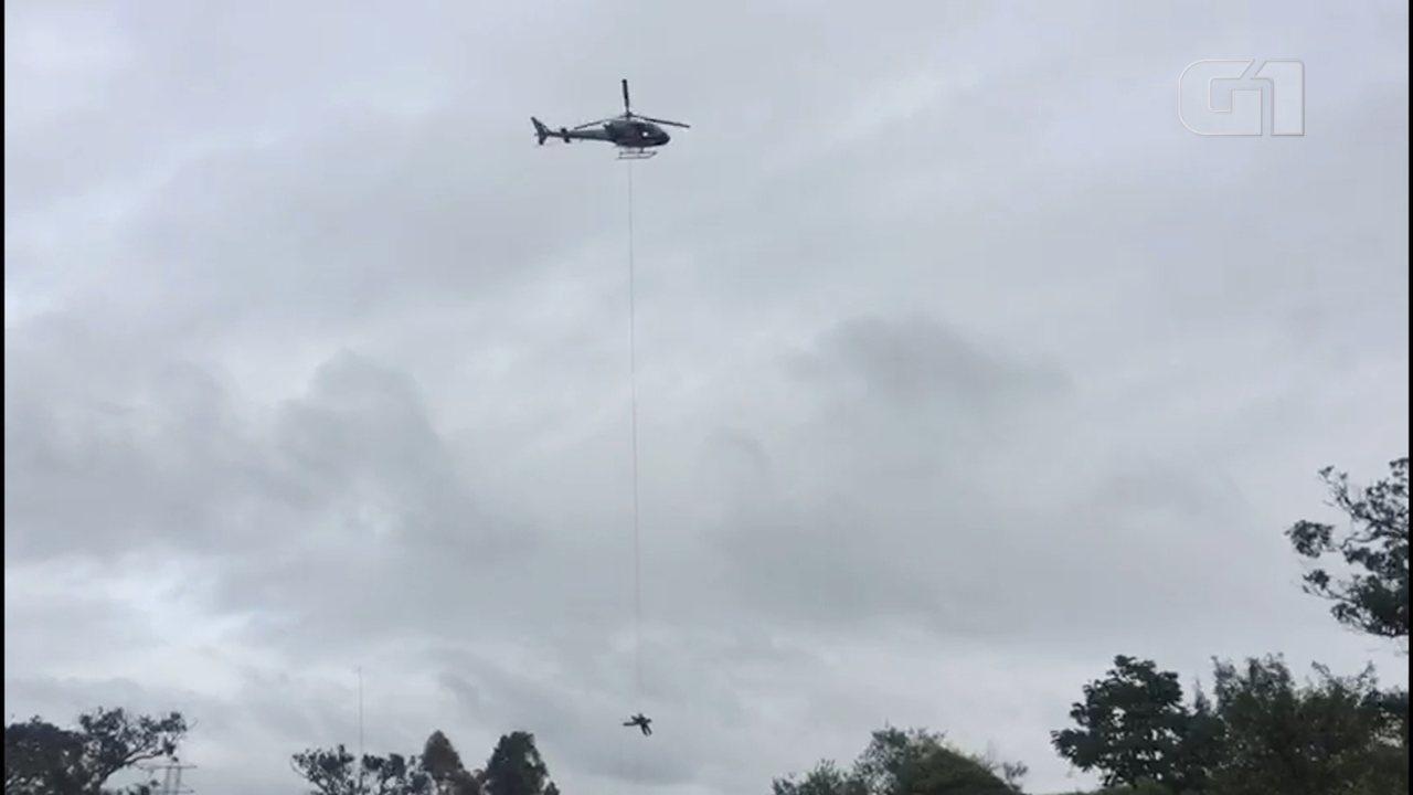 Carro cai em precipício e motorista é resgatado por helicóptero da PM