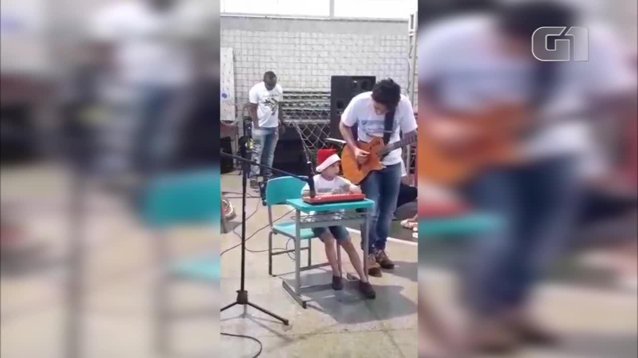 Menino de 4 anos autista emociona ao tocar Hallelujah na escola e vídeo viraliza