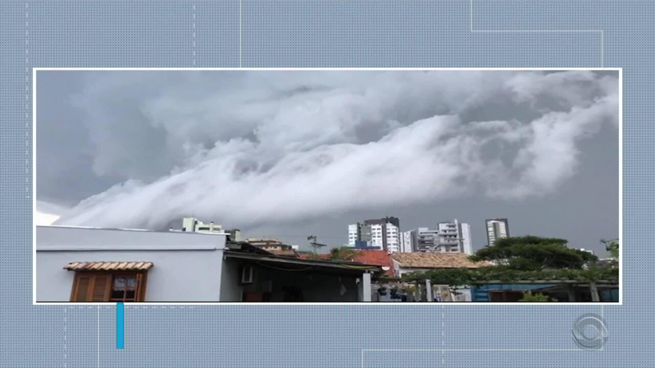 Temporal com vento forte causa estragos e deixa Torres sem luz