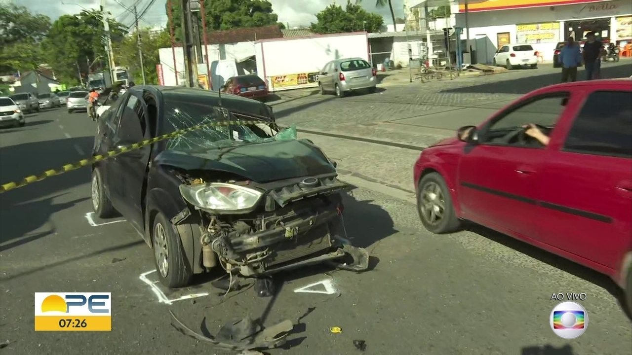 Motorista fica ferido após acidente envolvendo carro e caminhão, no bairro de Areias