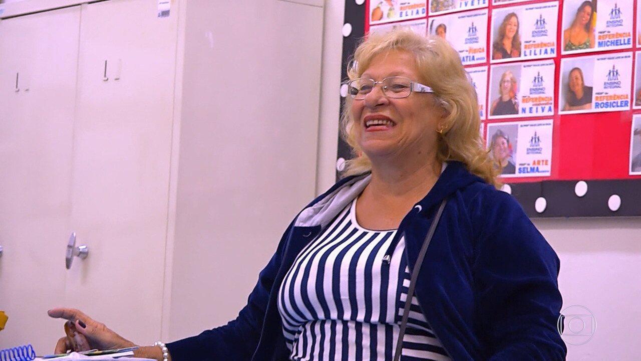 Professora Neiva recebe homenagem surpresa dos alunos