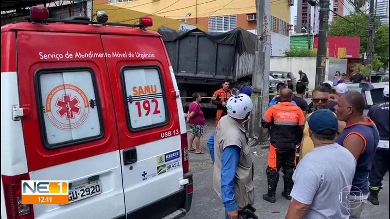 Caminhão perde controle, imprensa veículos e invade agência dos Correios no Recife