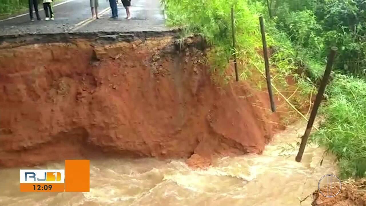 Parte da rodovia RJ-200 é levada pela força da água em Miracema