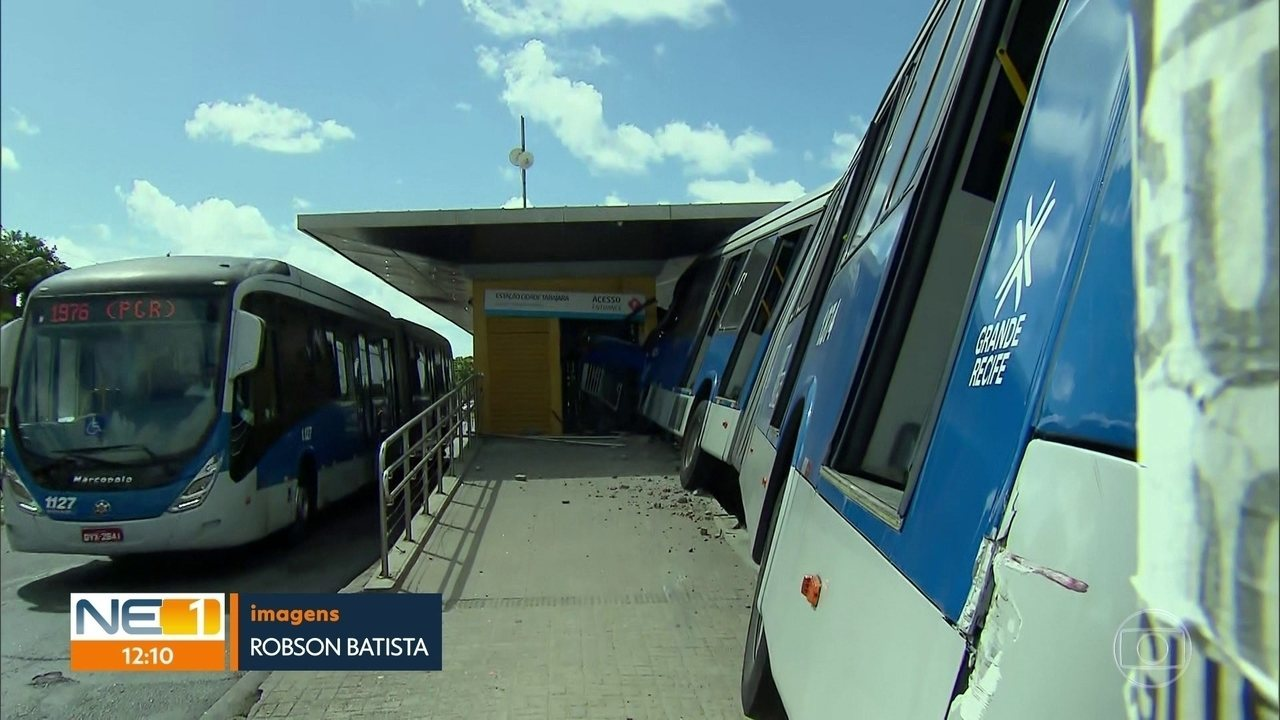 Motorista perde controle da direção e BRT 'invade' estação em Olinda