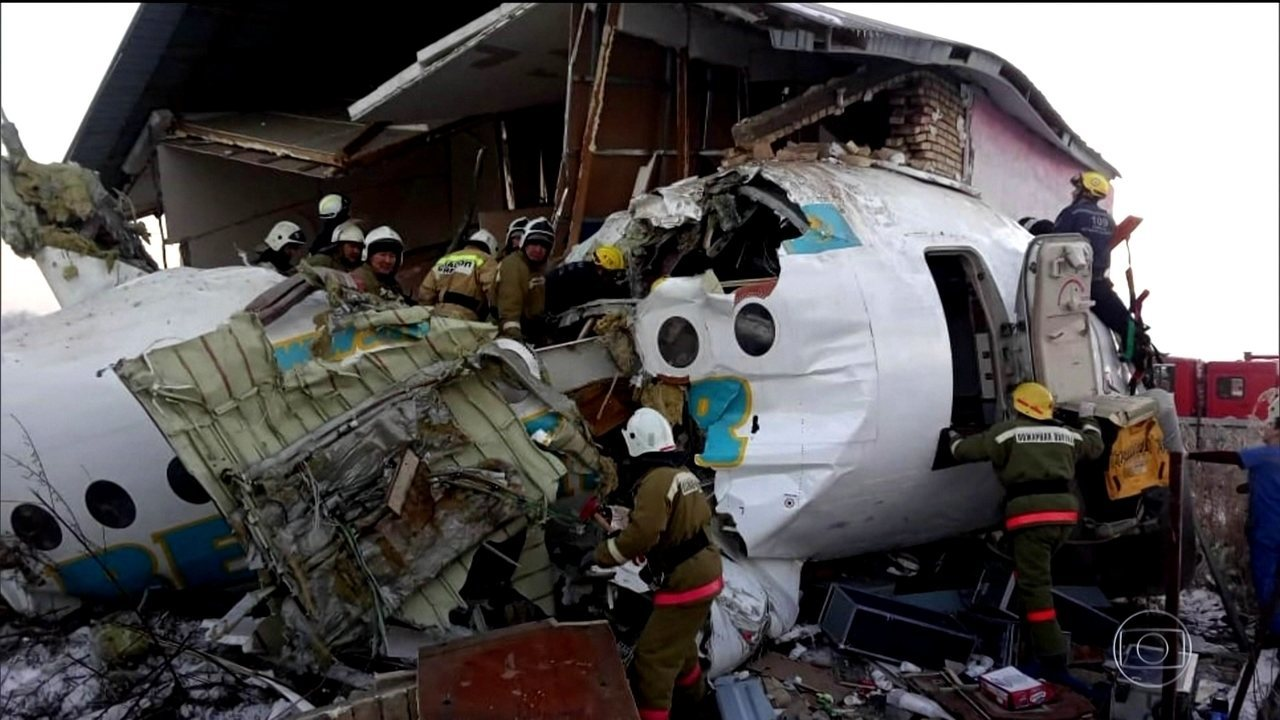 Mais de 60 pessoas sobrevivem à queda de avião no Cazaquistão