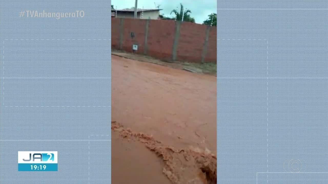 Chuva alaga ruas do setor Santo Amaro em Palmas