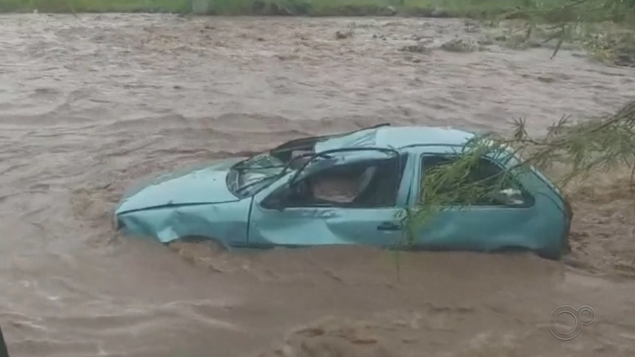 Carro é arrastado por enxurrada e cai em rio durante chuva em Botucatu