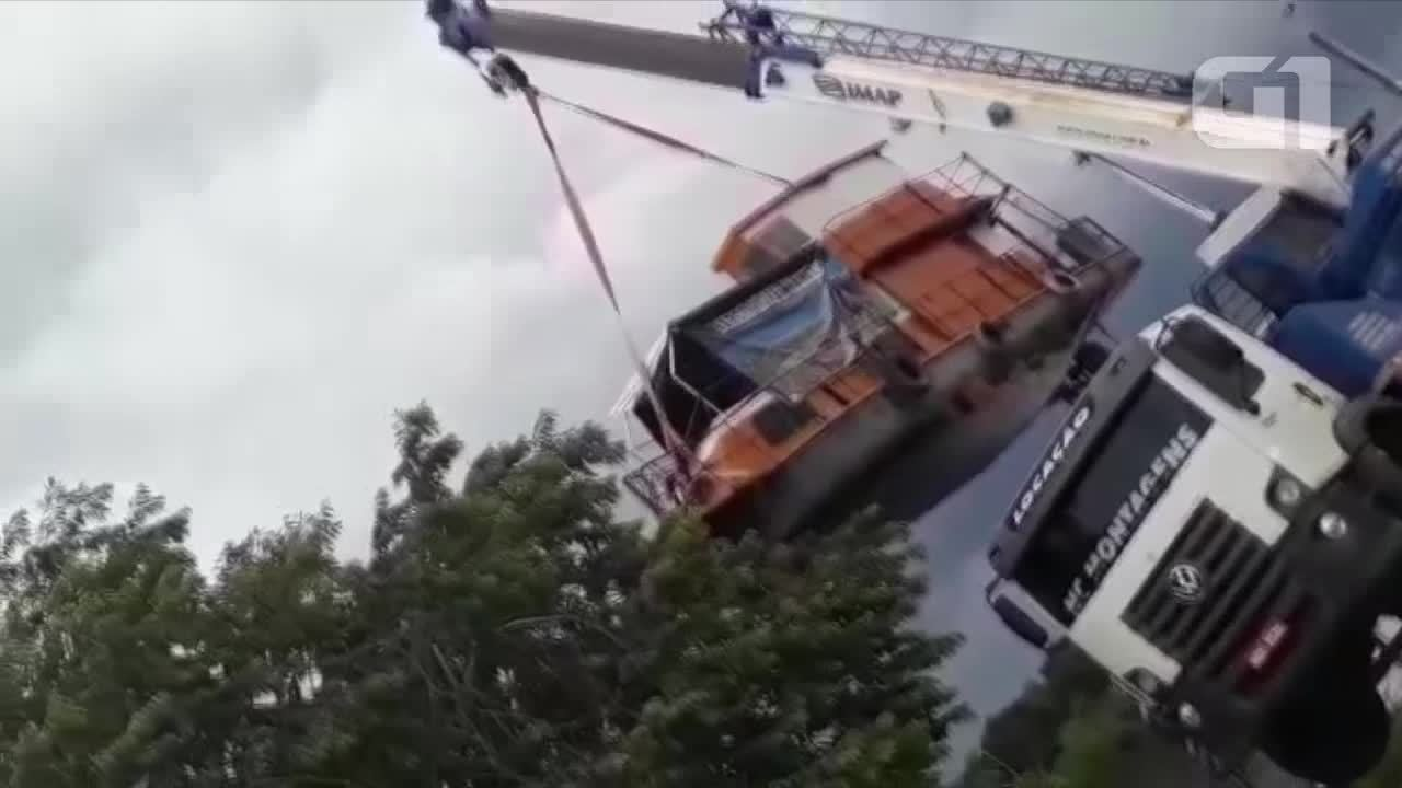 Veja vídeo de caminhão guincho tombando no Rio Guaporé em RO