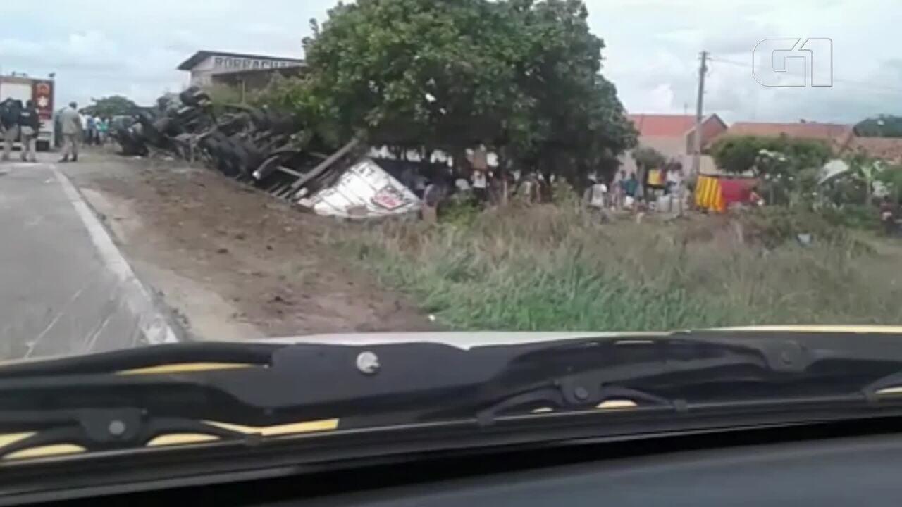 Carreta que tombou na BR-116, em Pacajus, na Grande Fortaleza