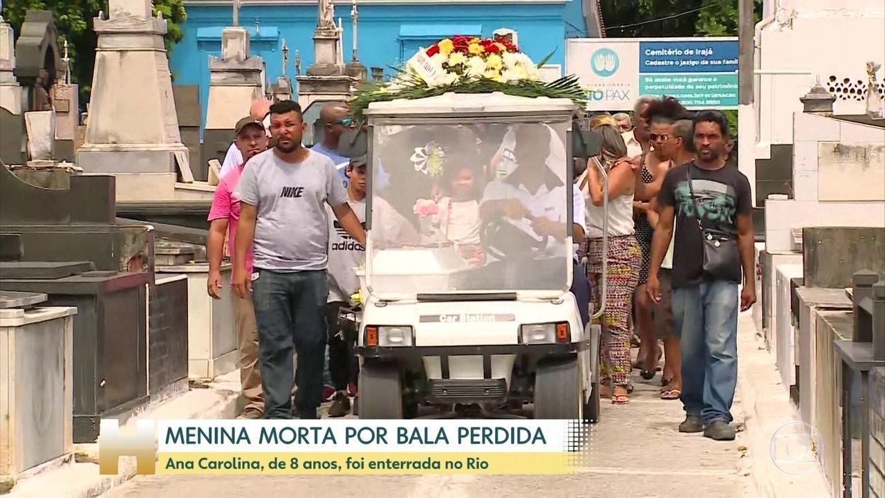 Menina baleada enquanto assista TV em casa é enterrada no Rio