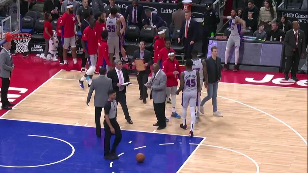 Armador dos Pistons, Derrick Rose é multado por atirar caneta na arquibancada