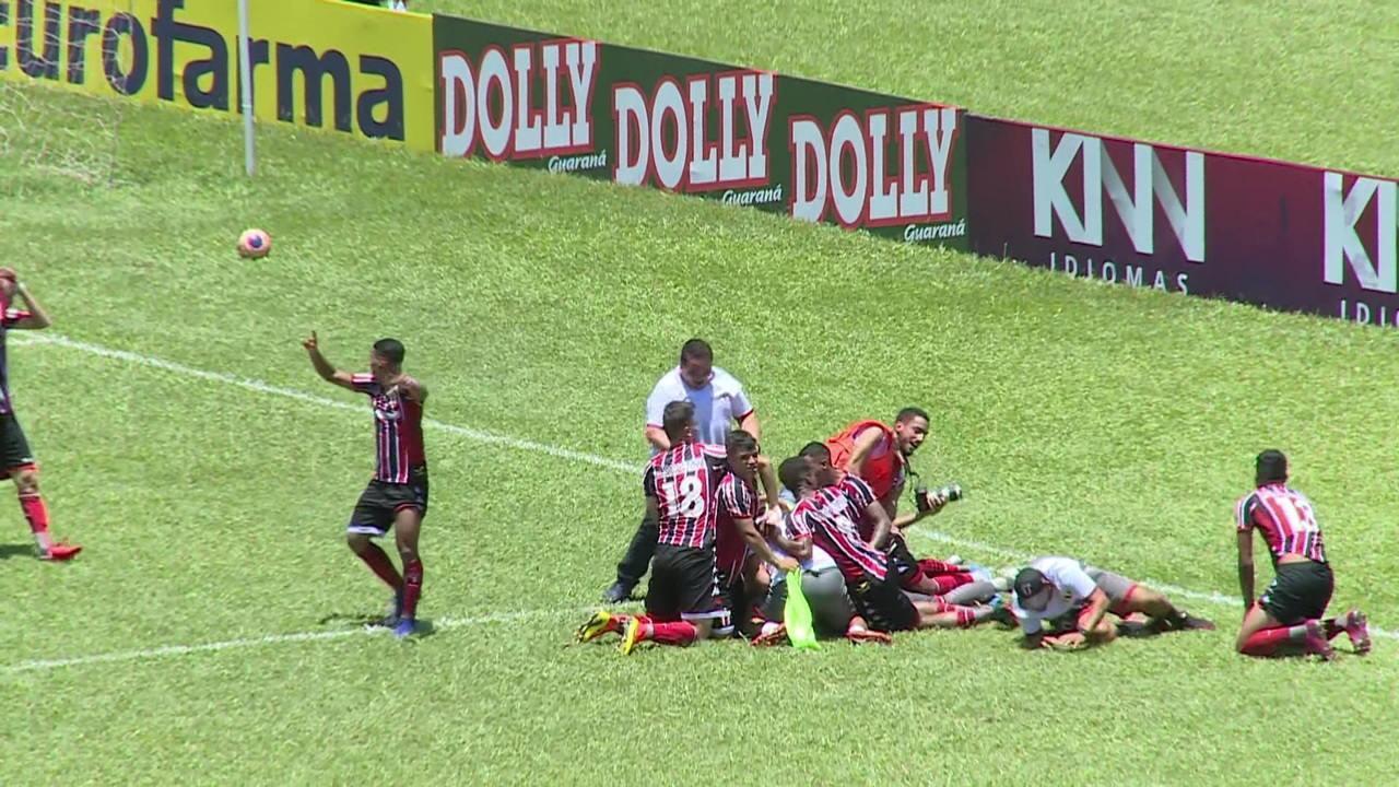 Assessor invade campo e comemora com jogadores classificação do Botafogo-SP na Copinha
