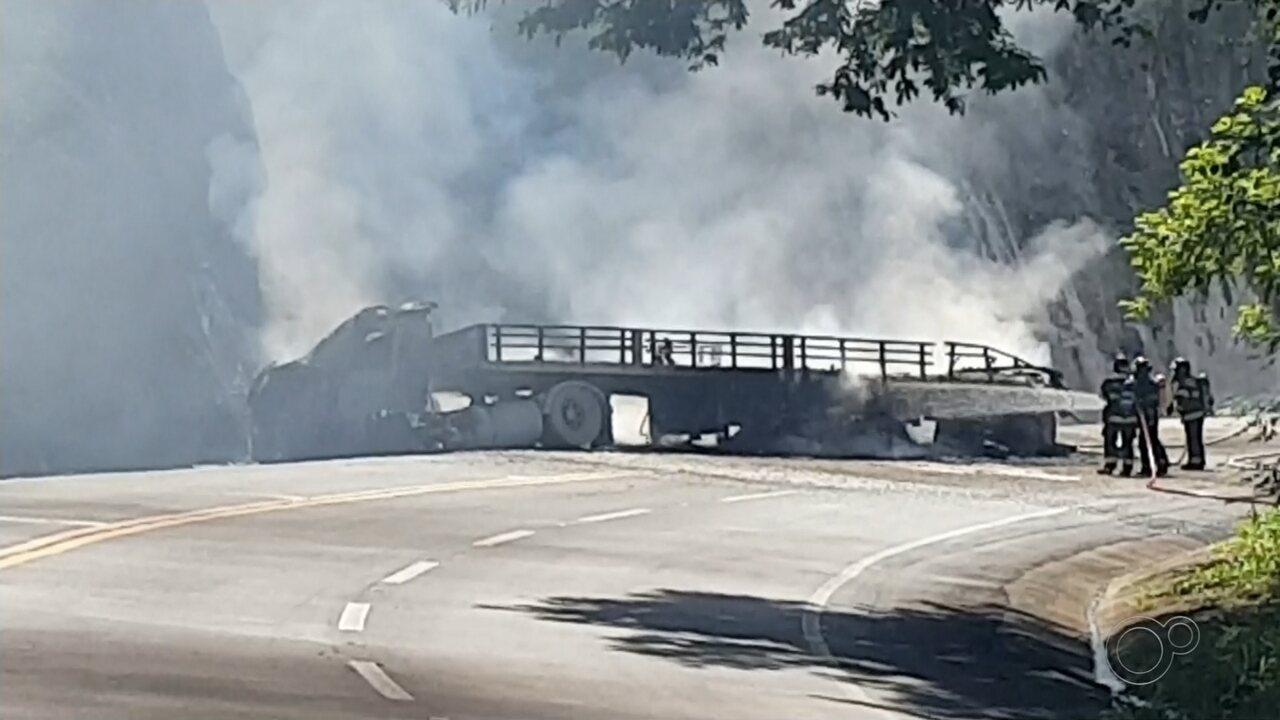 Caminhão bate em rocha e pega fogo na BR-153; rodovia é interditada