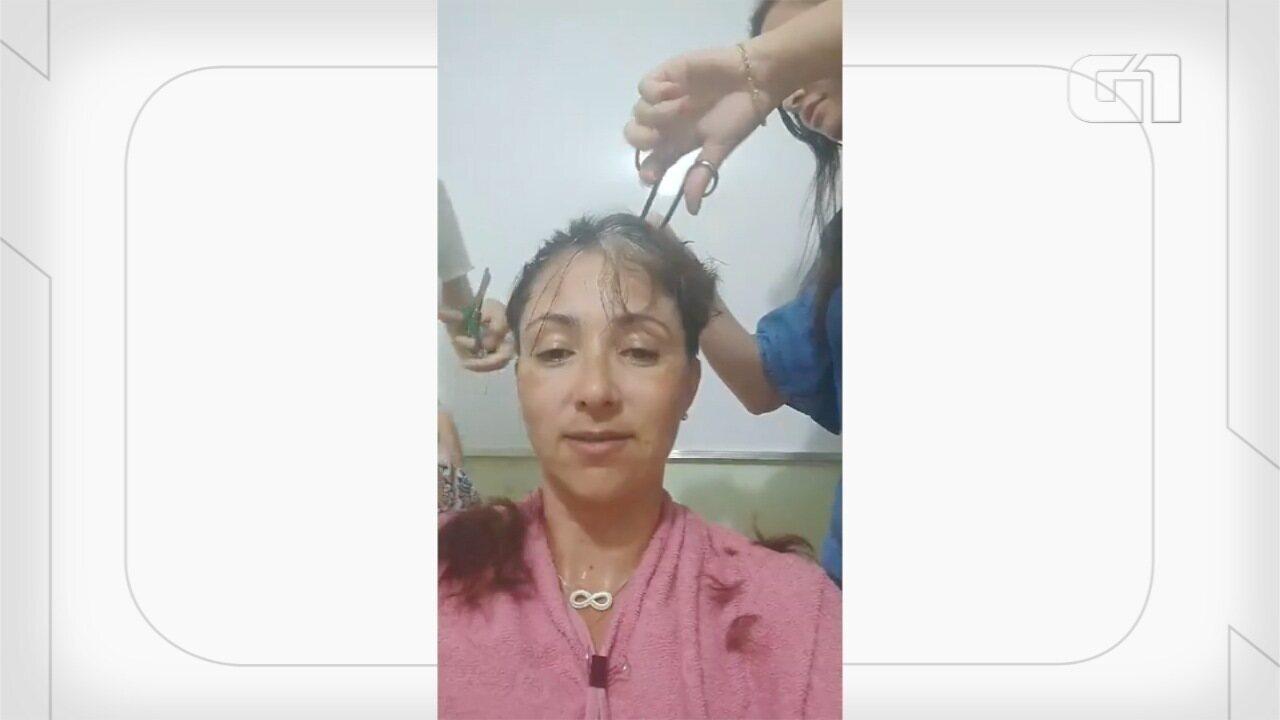 Professora raspa cabelo após alunas tirarem nota excelente na redação do Enem