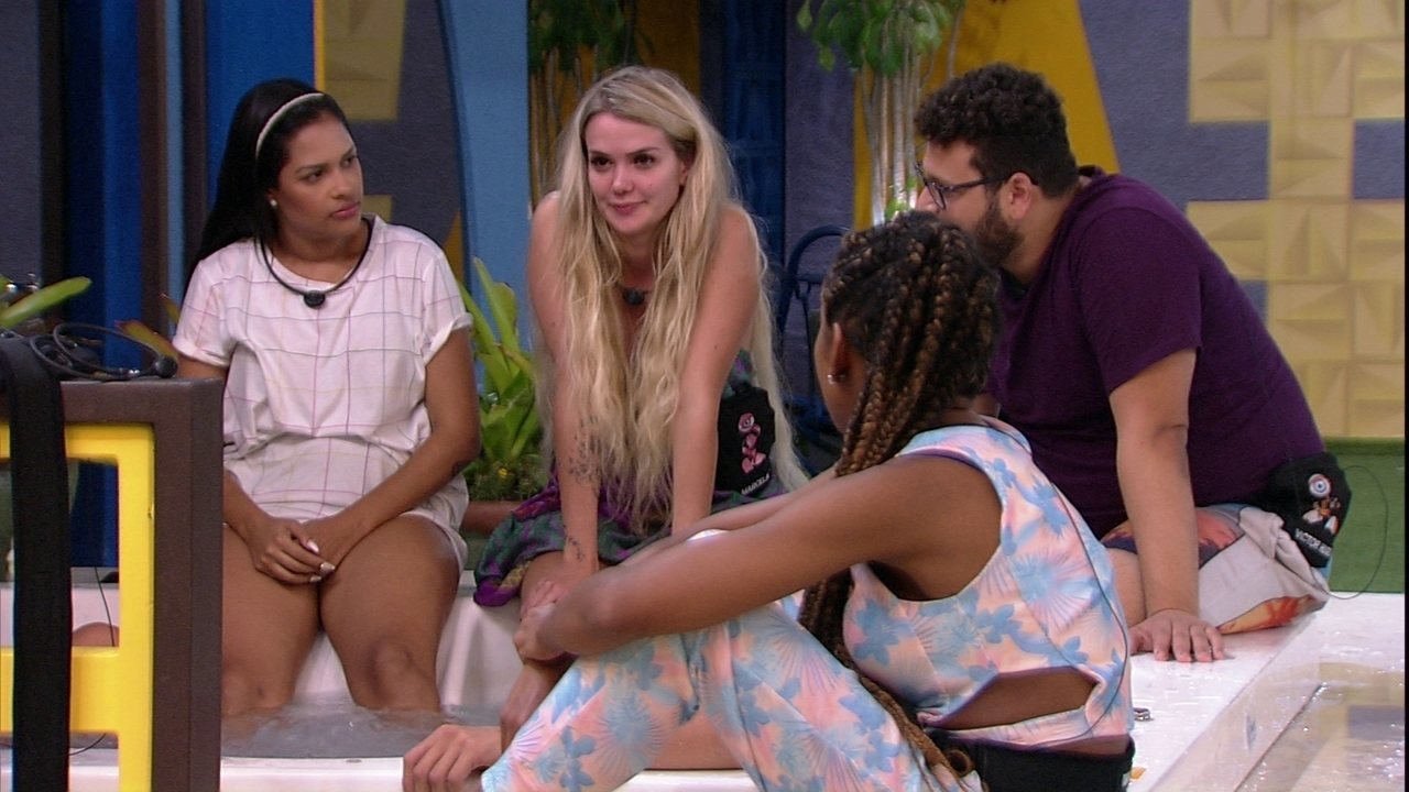 Victor Hugo pergunta para Marcela: 'Você é bissexual?'