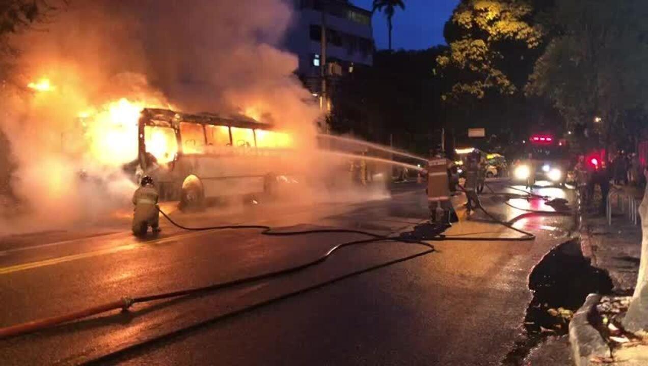 Ônibus pega fogo na Rua Jardim Botânico