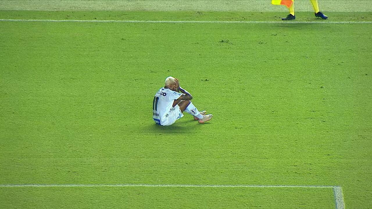 Após sequência de divididas, Marinho sente dores e é substituído, aos 29' do 2º tempo
