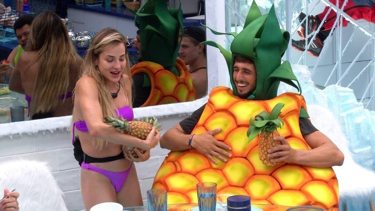 Segurando dois abacaxis, Gabi brinca com Chumbo: 'Olha, são a sua cara'