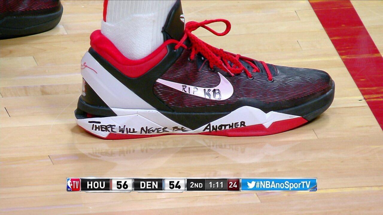 """Durante a partida, jogadores do Houston Rockets escrevem no tênis """"Nunca haverá outro igual"""" em homenagem a Kobe Bryant"""